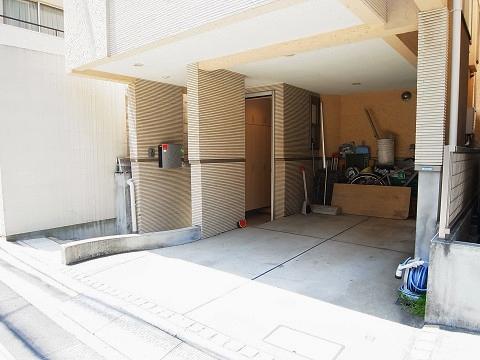 新宿区市谷薬王寺町 戸建て 玄関
